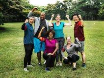 Groep vrolijke diverse vrienden in het park royalty-vrije stock foto