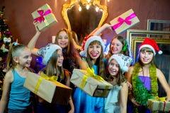 Groep vrolijke jonge meisjes die Kerstmis vieren giften royalty-vrije stock foto's