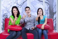 Groep vrolijke tiener op bank Stock Foto