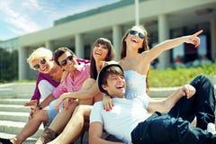 Groep vrolijke vrienden stock afbeeldingen