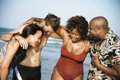 Groep vrolijke vrienden bij het strand Stock Foto