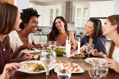 Groep Vrouwelijke Vrienden die Diner van Partij thuis genieten royalty-vrije stock fotografie
