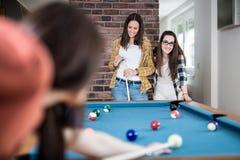 Groep vrouwelijke vrienden die snooker van spel genieten royalty-vrije stock fotografie