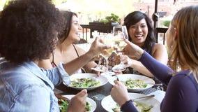 Groep Vrouwelijke Vrienden die van Maaltijd genieten bij Openluchtrestaurant stock footage