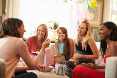 Groep Vrouwelijke Vrienden die voor Babydouche thuis samenkomen Royalty-vrije Stock Fotografie