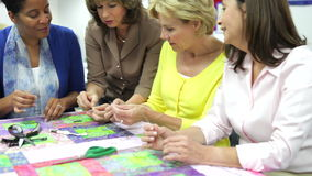 Groep Vrouwen die aan Dekbed samenwerken stock video