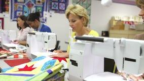 Groep Vrouwen die Elektrische Machines in het Naaien van Klasse met behulp van stock videobeelden