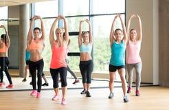 Groep vrouwen die in gymnastiek uitwerken Stock Afbeeldingen