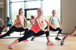 Groep vrouwen die in gymnastiek uitwerken Stock Afbeelding