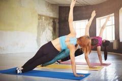 Groep vrouwen die zijplank statische oefening doen royalty-vrije stock foto's