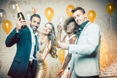 Groep vrouwen en mannen die met champagne vieren stock afbeeldingen