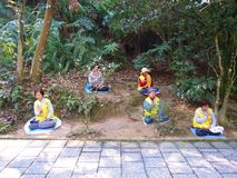 Groep vrouwenvaklieden die onder boom mediteren Royalty-vrije Stock Foto's