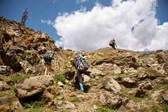 Groep wandelaars in de berg Beklim tot de bovenkant stock afbeelding