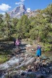 Groep Wandelaars die Rivier overgaan royalty-vrije stock fotografie