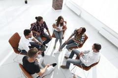 Groep werknemers een les bij de teambouw stock foto