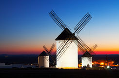 Groep windmolens in Campo DE Criptana in zonsondergang Stock Foto