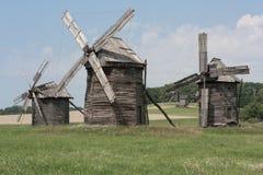 Groep windmolens in Nationaal Museum van Volksarchitectuur en het Leven van de Oekraïne dichtbij Kiev stock foto