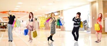 Groep winkelende meisjes in een wandelgalerij Stock Afbeelding