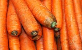Groep wortelen in de Kruidenierswinkel De wortelen zijn een geacclimatiseerde vorm stock foto's
