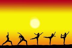 Groep yoga vrouwelijke silhouetten met een zonsondergang op de achtergrond en exemplaarruimte voor uw tekst stock foto's