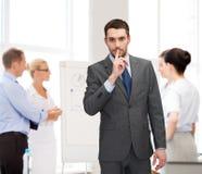 Groep zakenlieden die stilteteken maken Stock Afbeeldingen