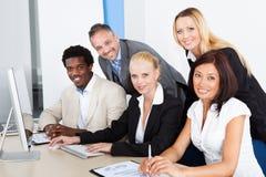 Groep zakenlui die computer bekijken Royalty-vrije Stock Afbeeldingen
