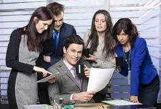 Groep zakenlui met gelukkige leider in bureau stock afbeeldingen