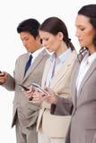 Groep zakenlui met hun cellphones Stock Foto's
