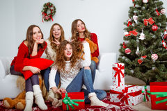 Groep zeer jonge vrouwenbespreking over giften binnen Royalty-vrije Stock Fotografie