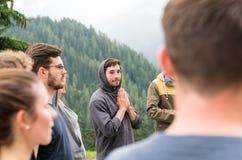 Groep zich in een cirkel bevinden en jongeren die samen bidden royalty-vrije stock foto