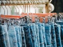 Groep zilveren-houten met Jeans van verschillende stijlen Stock Foto's