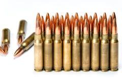 Groepeer verscheidene geweerpatronen met bezinningen Royalty-vrije Stock Foto's
