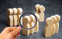 Groepen houten mensen Het concept marktsegmentatie Marketing segmentatie, doelpubliek, klantenzorg Marktgroep royalty-vrije stock afbeeldingen