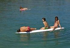 Groepen kinderen in de pret op zee stock foto's