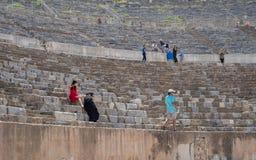 Groepen Toeristen die Groot Theater van Ephesus in de Zomer bezoeken Stock Foto