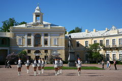Groeperen de prestaties mooie actrices van het showorkest ensembleslagwerkers van krasnogvardeisky districtsgemeente royalty-vrije stock afbeelding