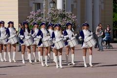Groeperen de prestaties mooie actrices van het showorkest ensembleslagwerkers van krasnogvardeisky districtsgemeente stock afbeelding