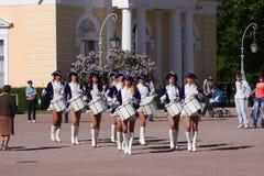 Groeperen de prestaties mooie actrices van het showorkest ensembleslagwerkers van krasnogvardeisky districtsgemeente stock fotografie