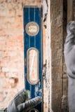 Groepering van muren in de reparatie met behulp van een speciaal apparatenniveau Sluit omhoog royalty-vrije stock foto