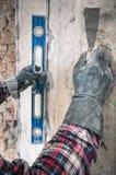 Groepering van muren in de reparatie met behulp van een speciaal apparatenniveau Sluit omhoog stock foto