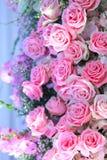 Groepering van roze bruids van de boeketten roze rozen en baby ` s adem Stock Fotografie