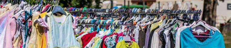 Groepering van tweede handbaby en kinderen die kleden zich te recycleren stock foto