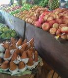 Groepering van vruchten en groenten bij markt Royalty-vrije Stock Afbeelding