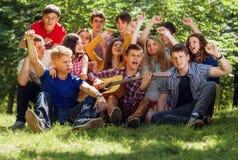 Groeps expressieve zingende jongeren stock afbeeldingen
