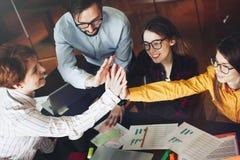 Groeps jonge bedrijfscollega's die hoogte vijf na het succeswerk geven royalty-vrije stock afbeeldingen