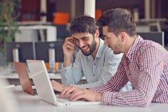 Groeps Jonge Medewerkers die Grote Economisch besluiten maken Het creatieve Moderne Bureau van Team Discussion Corporate Work Con Royalty-vrije Stock Afbeelding