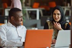 Groeps Jonge Medewerkers die Grote Economisch besluiten maken Het creatieve Moderne Bureau van Team Discussion Corporate Work Con stock fotografie