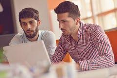 Groeps Jonge Medewerkers die Grote Economisch besluiten maken Het creatieve Moderne Bureau van Team Discussion Corporate Work Con Royalty-vrije Stock Foto's