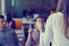 Groeps Jonge Medewerkers die Grote Economisch besluiten maken Het creatieve Moderne Bureau van Team Discussion Corporate Work Con stock afbeelding