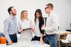 Groeps Jonge Medewerkers die Grote Economisch besluiten maken Het creatieve Moderne Bureau van Team Discussion Corporate Work Con Stock Foto's